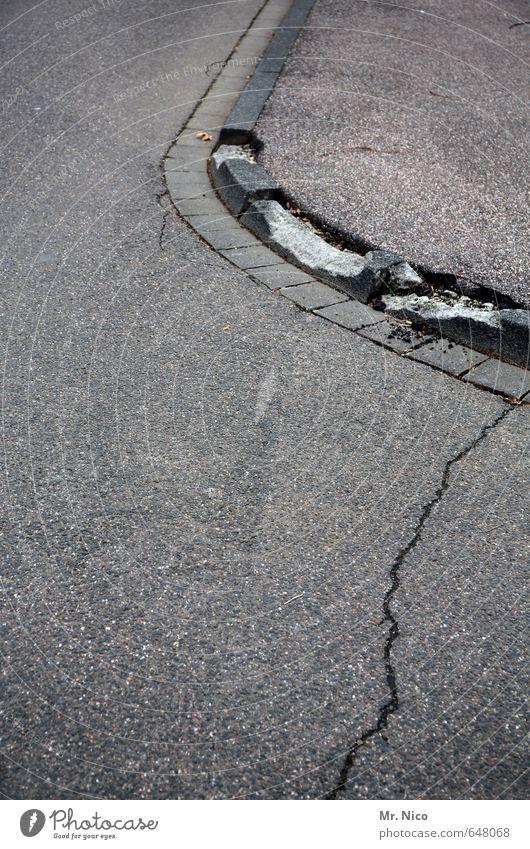 Kollateralschaden Stadt Straßenverkehr Wege & Pfade kaputt grau Bordsteinkante Bürgersteig Riss Asphalt Kurve Beton rund Verfall Autofahren Abnutzung