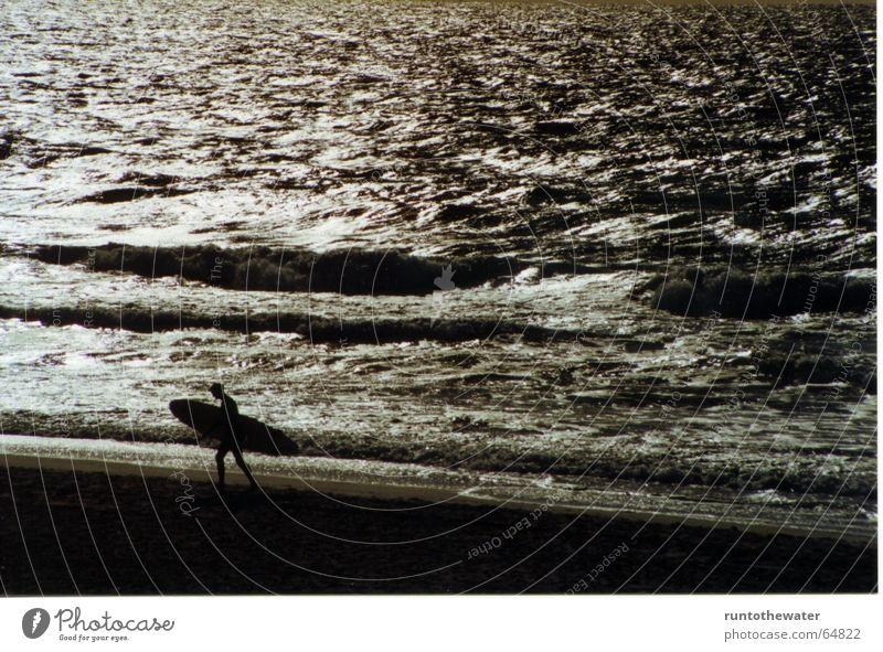 Bis morgen... Strand Meer Surfer Mann Einsamkeit ruhig Wellen Surfen Sturm Dämmerung Zufriedenheit Abschied trösten kalt Hoffnung Ferne Sport Glück Frieden