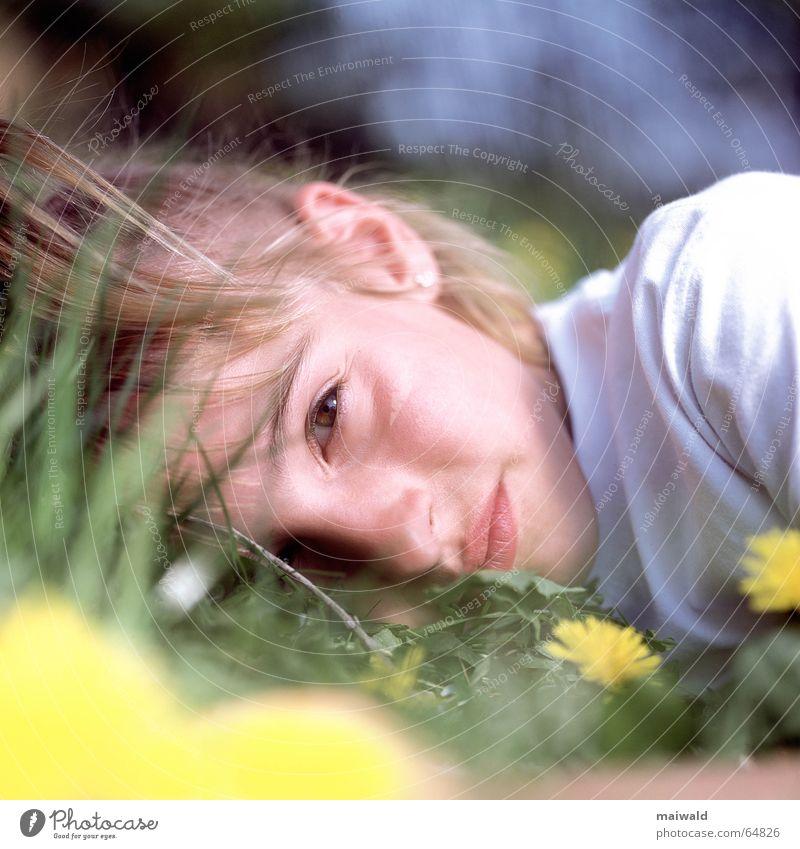 Erzähl mir eine Geschichte! Kind Natur Jugendliche Mädchen Blume grün Pflanze Ferien & Urlaub & Reisen Auge gelb Erholung Wiese Blüte Gras träumen Mund