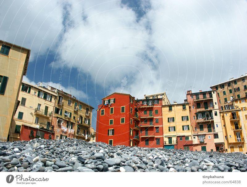Camogli Ligurien Italien Strand Kieselsteine Haus mehrfarbig mediterran Balkon eng Froschperspektive Wäscheleine ligurie Himmel alt Altstadt