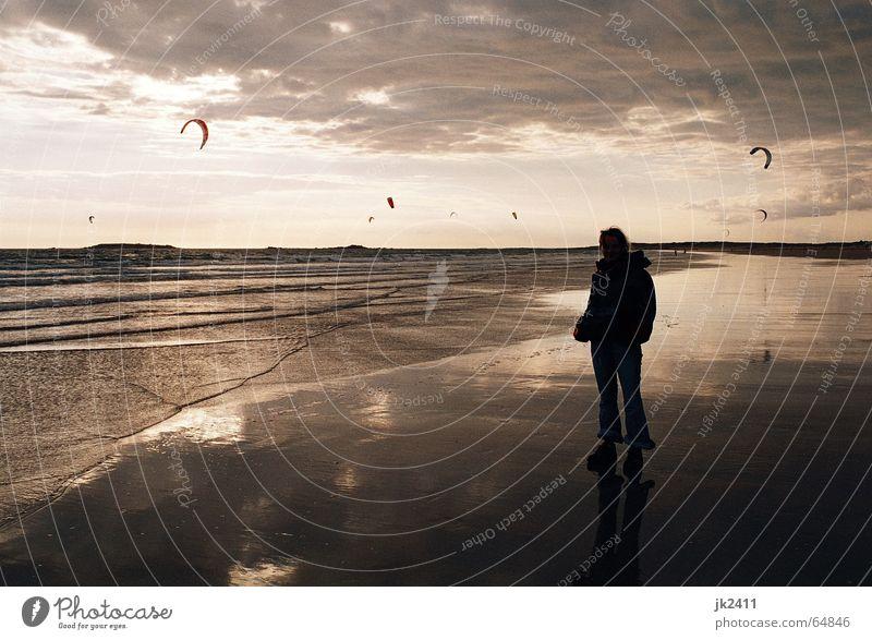 Bretonischer Strand Sommer Meer Wellen Himmel Wolken Horizont Idylle Sonnenuntergang Kiting Ebbe Drache Flut Surfen Frankreich Wasser Atlantik Gischt Mensch
