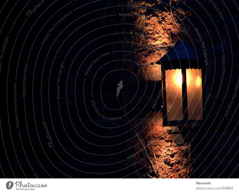 das Licht in der Finsternis Lampe Laterne Wartburg dunkel Restaurant Wand Kerze Märchen träumen Burg oder Schloss Mittelalter dark light Stein Schatten hell