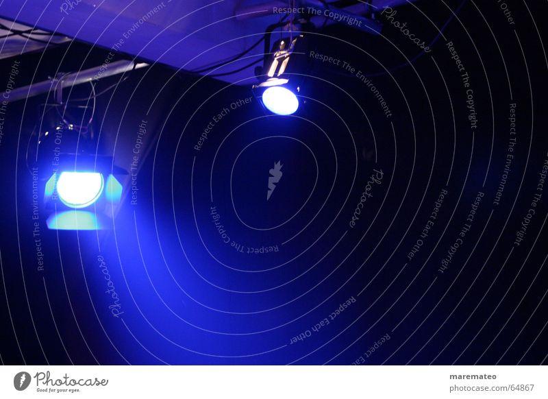 blaues Bühnenlicht blau Stimmung Beleuchtung violett Show Konzert Bühne Theaterschauspiel Licht Bühnenbeleuchtung Scheinwerfer Illumination Lightshow Lichtstrahl Lichttechnik