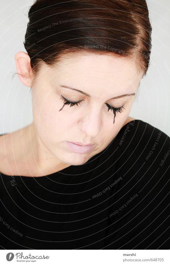 Trauer Mensch Frau Jugendliche Junge Frau Erwachsene Traurigkeit Gefühle feminin Tod Kopf Stimmung Hoffnung Zeichen Glaube Schminke