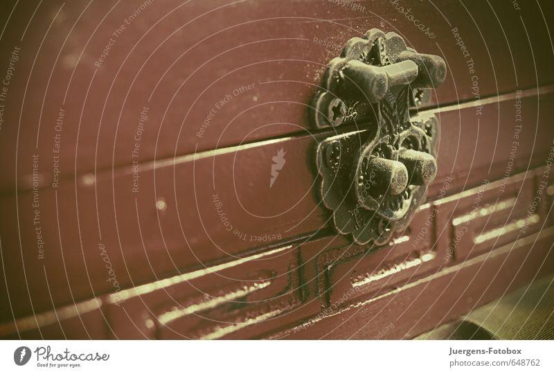Geschlossen alt schön rot klein Holz Glück außergewöhnlich Metall Design Dekoration & Verzierung ästhetisch Beginn berühren einzigartig Kreativität Streifen