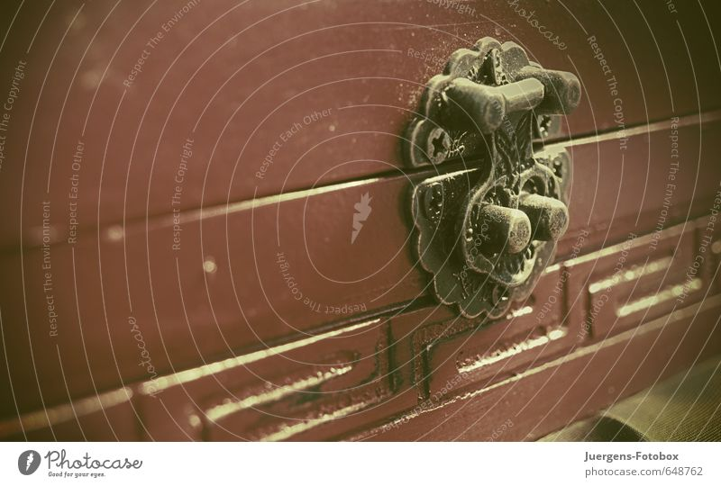 Geschlossen Kasten Dekoration & Verzierung Souvenir Sammlung Sammlerstück Holz Metall Zeichen Ornament Streifen Schloss gebrauchen berühren alt ästhetisch