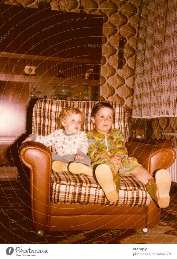 to be friends 2 Bruder blond schwarz groß klein altmodisch old-school dunkel verbinden Wohnzimmer Zusammensein Achtziger Jahre Kind hell Liebe befreundet sein