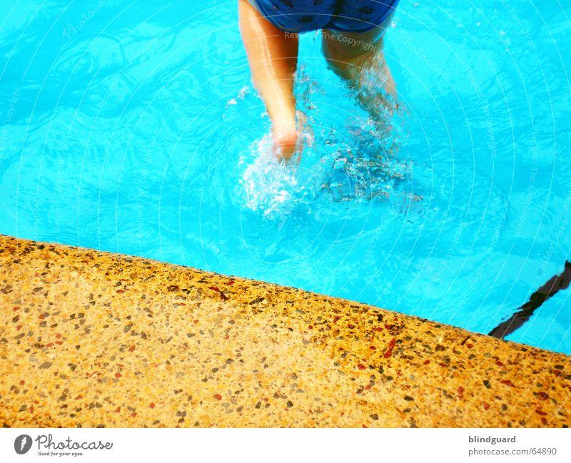 Kinderspass im kühlen Nass ... Kind Wasser blau rot Sommer Freude Ferien & Urlaub & Reisen kalt springen Spielen Beine nass Ausflug frisch Schwimmbad