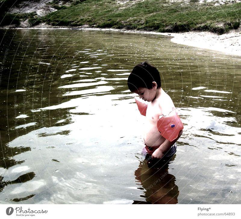 Pack die Badehose ein.... Wasser Strand Ferien & Urlaub & Reisen Einsamkeit kalt Junge See klein Schwimmen & Baden frieren Schwimmhilfe Badehose