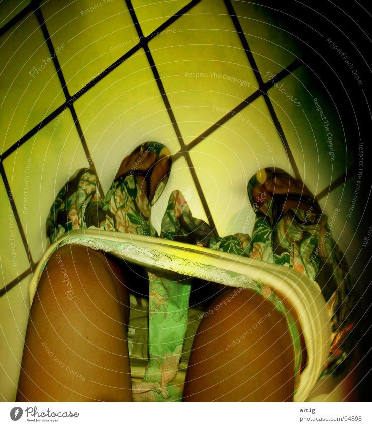 Meet me in the bathroom gelb grün schwarz Sommer Flipflops Bad Frau Alltagsfotografie
