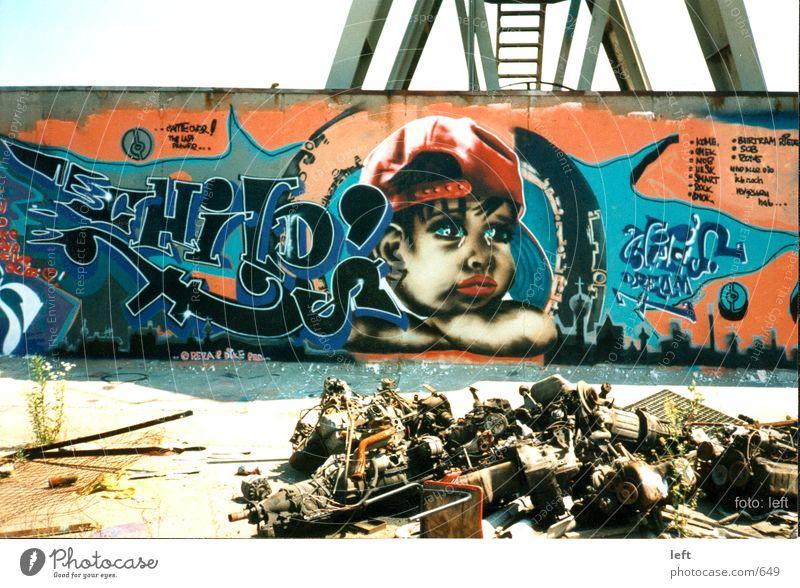 sehendes Kind Wand Graffiti Schrott Müll Fototechnik Wandmalereien