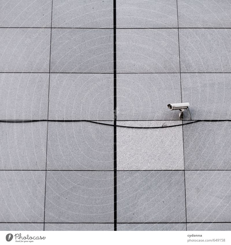 Einer passt immer auf Medienbranche Videokamera Kabel Stadt Mauer Wand Fassade Angst Ärger entdecken Fortschritt bedrohlich geheimnisvoll