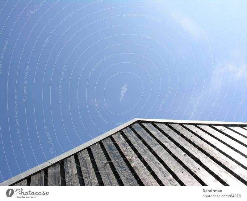 Gen Himmel... Himmel blau Sommer Haus schwarz Perspektive Dach Pfeil Richtung Hütte streben Balken