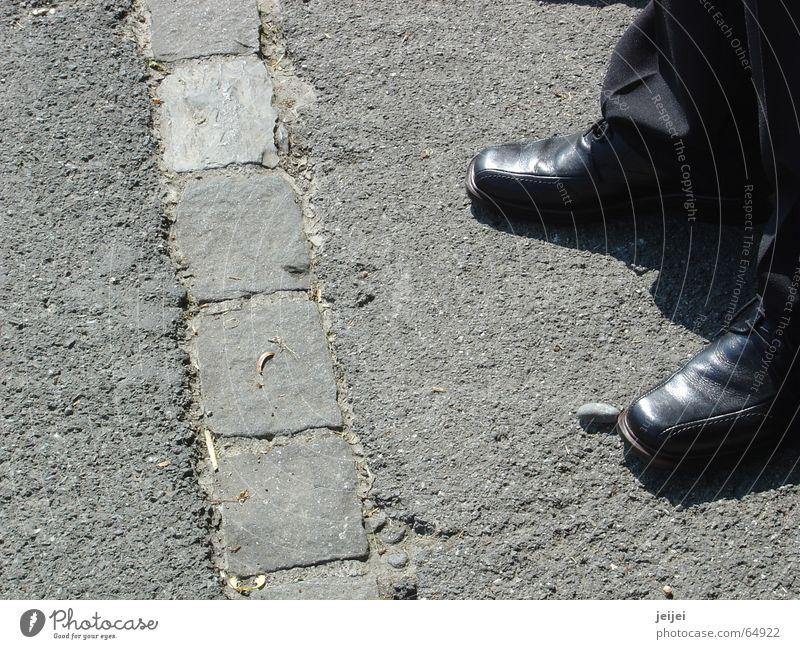 Schuhe schwarz Straße Wege & Pfade Denken Schuhe warten gehen stehen Ziel stoppen vorwärts edel schick