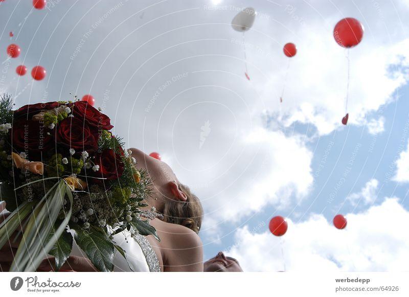 Den Himmel voller Geigen... Wolken Luftballon Blumenstrauß Braut
