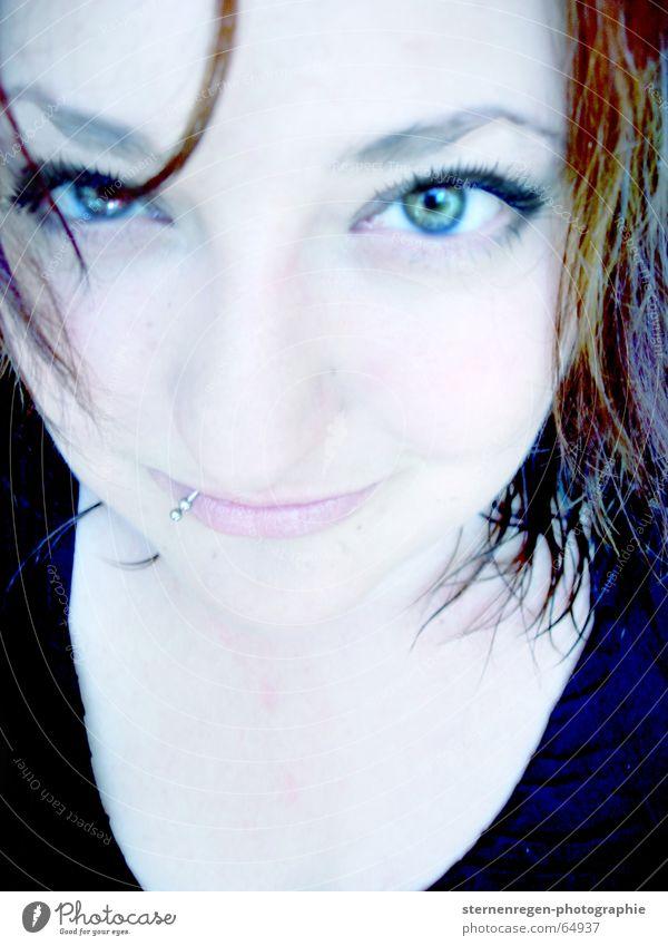 moi. Porträt Frau Piercing bleich Auge nasse haare blaue augen