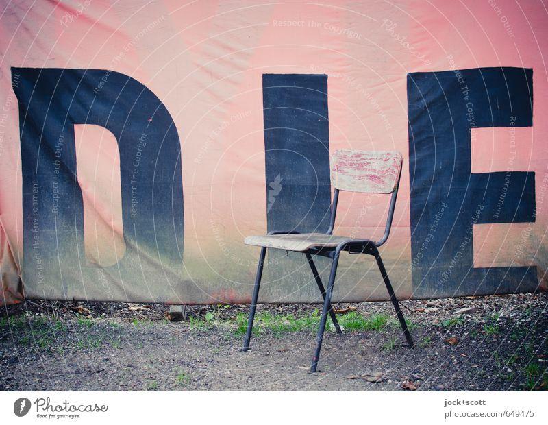 DIE Subkultur Erde Stuhl kalt trashig rosa Stimmung Einsamkeit Hemmung Zukunftsangst Identität skurril Tod Großbuchstabe Textilien verwittert Wort Straßenkunst