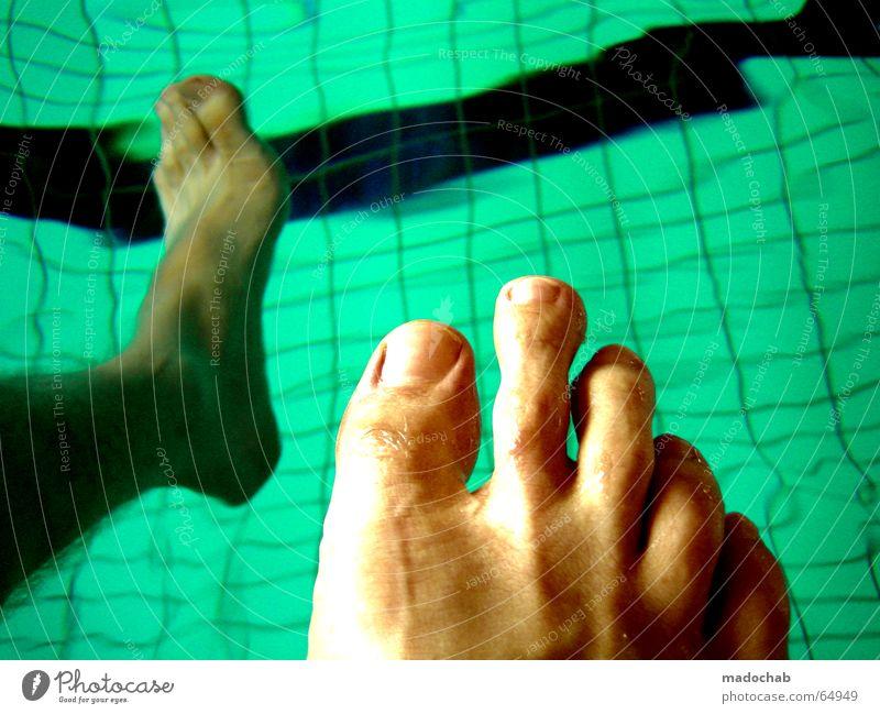 SCHWIMMBAD | pool schwimmbecken kacheln fuss fuß zehen blau Wasser Spielen Denken Beine träumen Fuß Angst Schwimmen & Baden warten sitzen frisch Schwimmbad