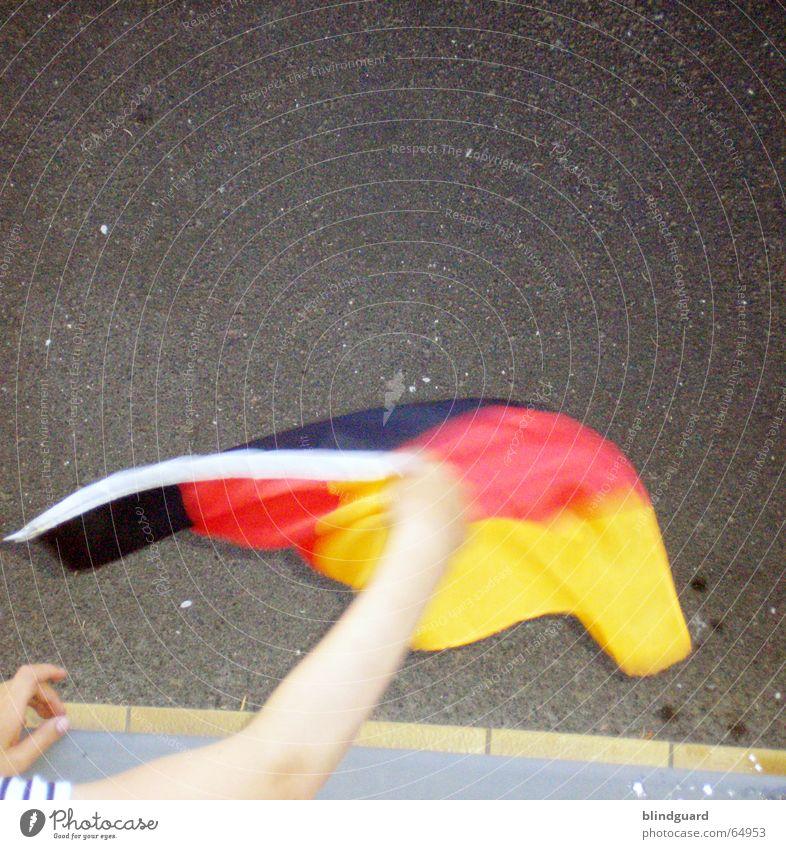 ... und tschüss rot Freude schwarz Fenster Traurigkeit Straße Spielen Deutschland gold Arme verrückt Trauer Bürgersteig Fahne wehen Stolz