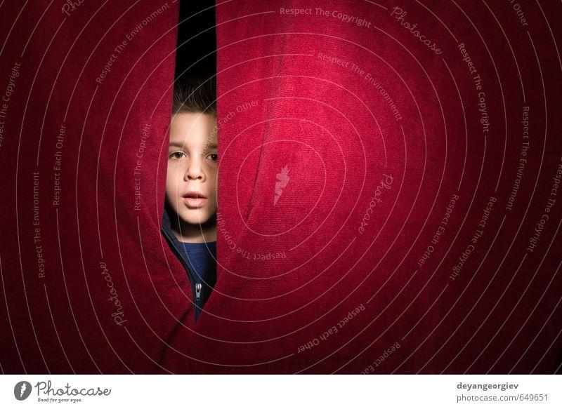 Kind erscheint unter dem Vorhang elegant Stil Junge Frau Erwachsene Hand Theater Schauspieler Kino Hochsitz Mode entdecken festhalten Kommunizieren Blick