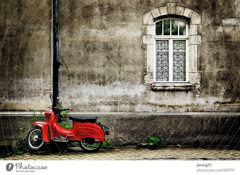 Stehngelassen. Kleinmotorrad Schwalben Haus Wand fahren rot Fenster retro Nostalgie Osten alt