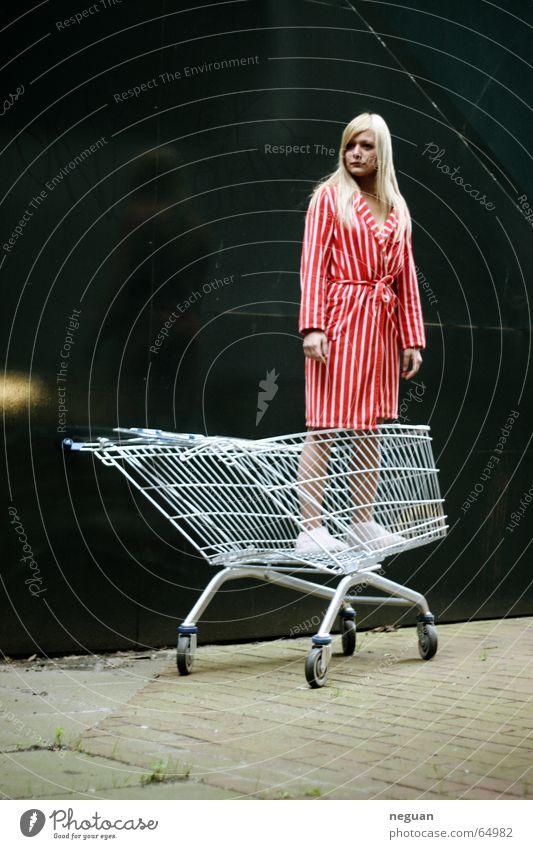 gekauft wie gesehen Frau rot blond Mantel gestreift Ware Einkaufswagen Bekleidung fassungslos