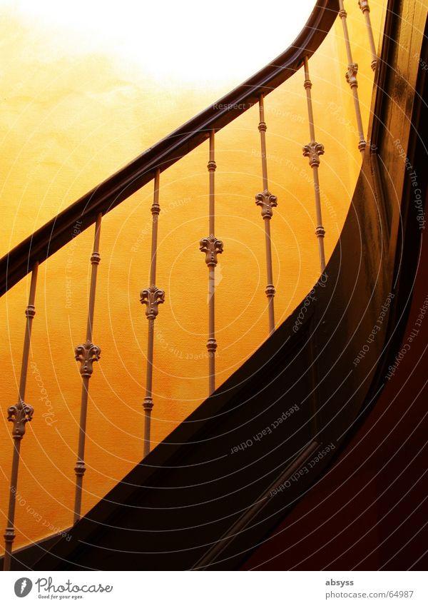 Auf(m)gang Treppenabsatz Holz Altbau Wand gelb Licht dunkel Durchblick Geländer alt Sonne orange hell Schatten stairs light dark