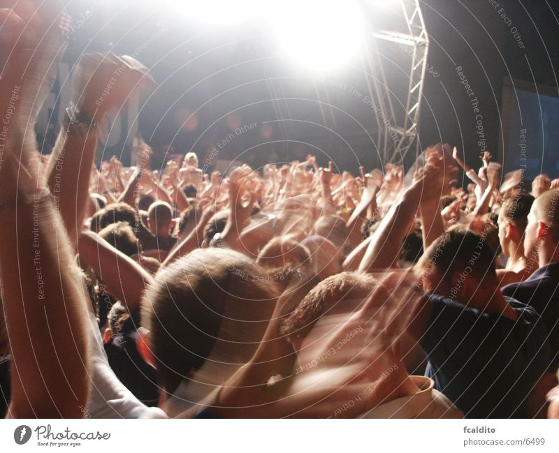 Jumping! springen Musik Menschengruppe Konzert Rockmusik