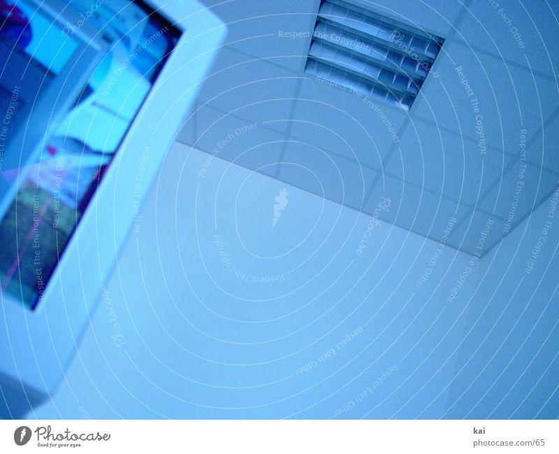 DasBüro blau kalt Arbeit & Erwerbstätigkeit Büro Business Internet Telekommunikation Bildschirm Arbeitsplatz Bildausschnitt Zimmerdecke Fototechnik Deckenbeleuchtung