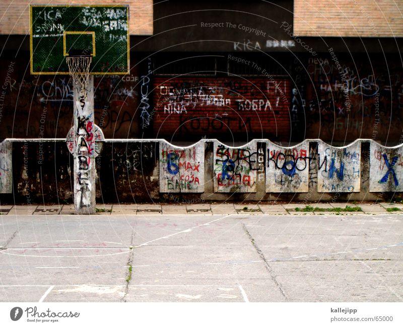 das runde muss in das runde Korb Spielfeld trist Trauer Ghetto Stadt leer Spielen dunkel Sport Traurigkeit Basketball Ball graffitti Raum kallejipp