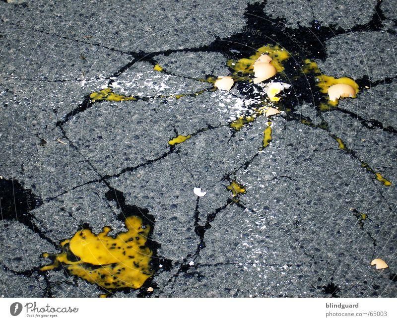 Als das kleine Ei Straße gefährlich kaputt Sicherheit bedrohlich fallen Idee gebrochen Kontrolle Schalen & Schüsseln Teer Halloween zerbrechlich Demonstration
