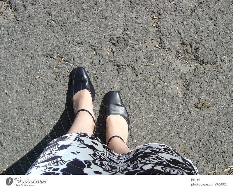 Füsse Schuhe Asphalt gehen stehen schwarz weiß unten groß Fuß jupe Straße Stein Wege & Pfade festhalten Schatten Loch edel elegant