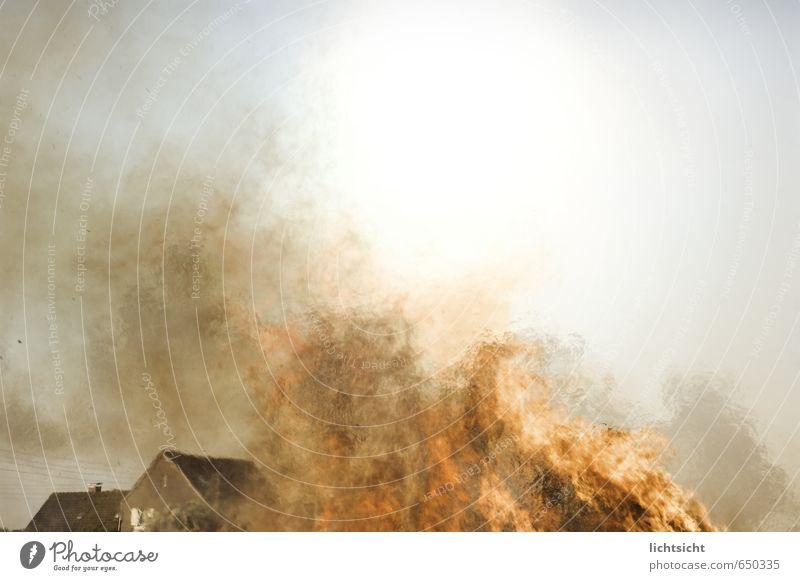 Feuer! Luft Himmel Sonne Klima Wärme Dorf Stadtrand Haus Einfamilienhaus Dach bedrohlich heiß hell Desaster Brand Großbrand Osterfeuer Abgas Rauch Flamme