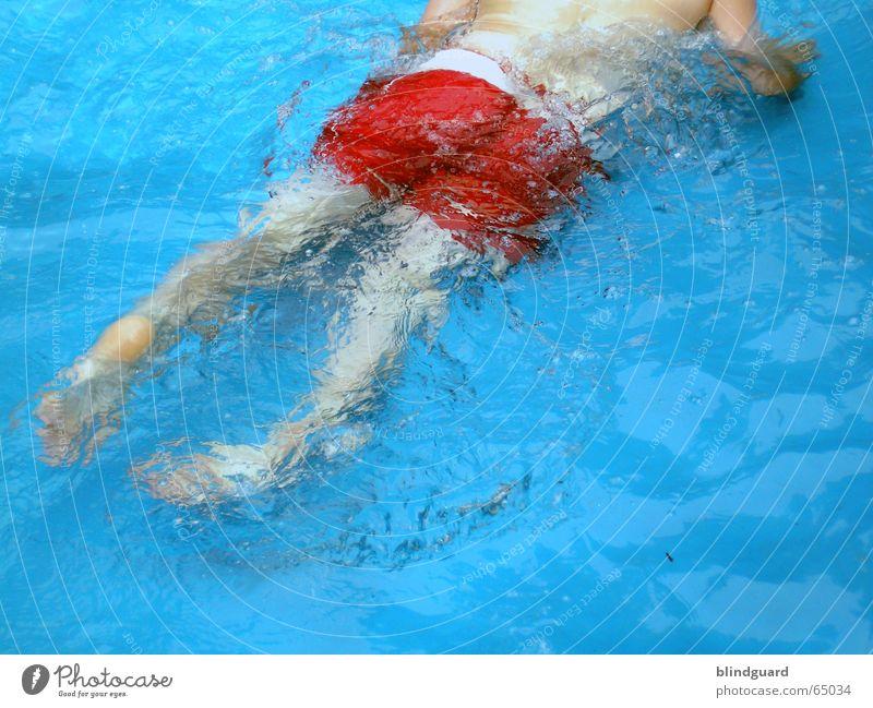 Blass-Rot-Blau Kind Wasser blau rot Sommer Freude Ferien & Urlaub & Reisen kalt springen Spielen Beine nass Ausflug frisch Schwimmbad