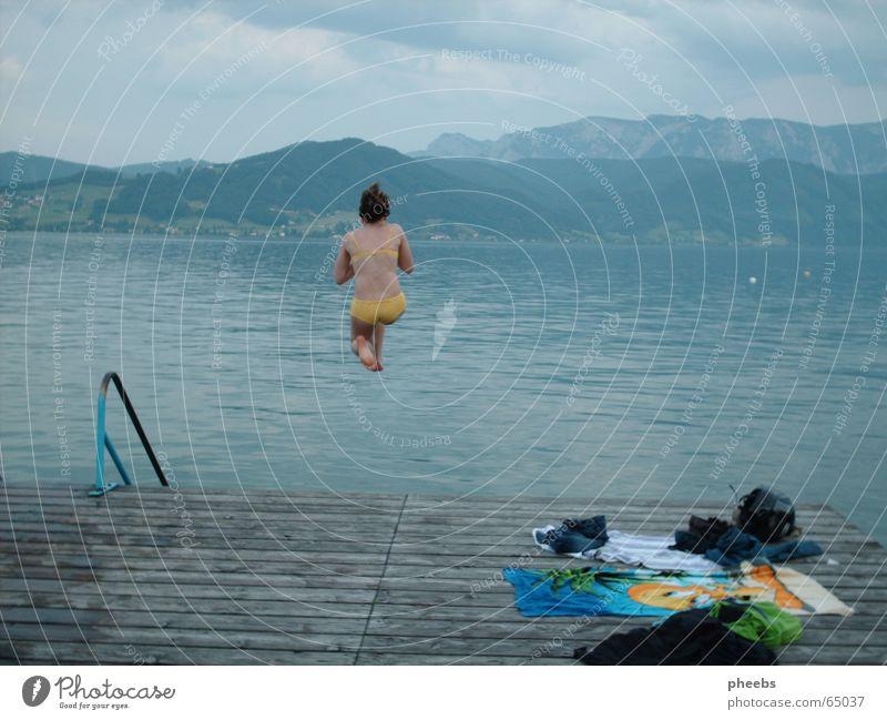 die ruhe vor dem ... Frau Mädchen blau gelb kalt springen Berge u. Gebirge grau See groß Bekleidung Treppe Bikini Steg Geländer Handtuch
