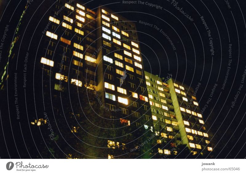 Ostberlin bei Nacht Hochhaus Plattenbau Kommunismus trist dunkel Fenster Beleuchtung Nachthimmel Berlin osterberlin Deutschland DDR Wiedervereinigung Licht