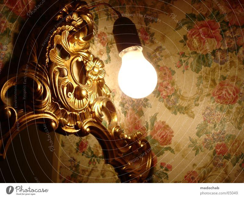 LICHT | birne light lamp leuchten hoffnung antik tapete spiegel Blume Einsamkeit ruhig Wärme Stil Spielen Lampe Stimmung Wohnung Häusliches Leben Dekoration & Verzierung Gold retro Romantik Bad Möbel
