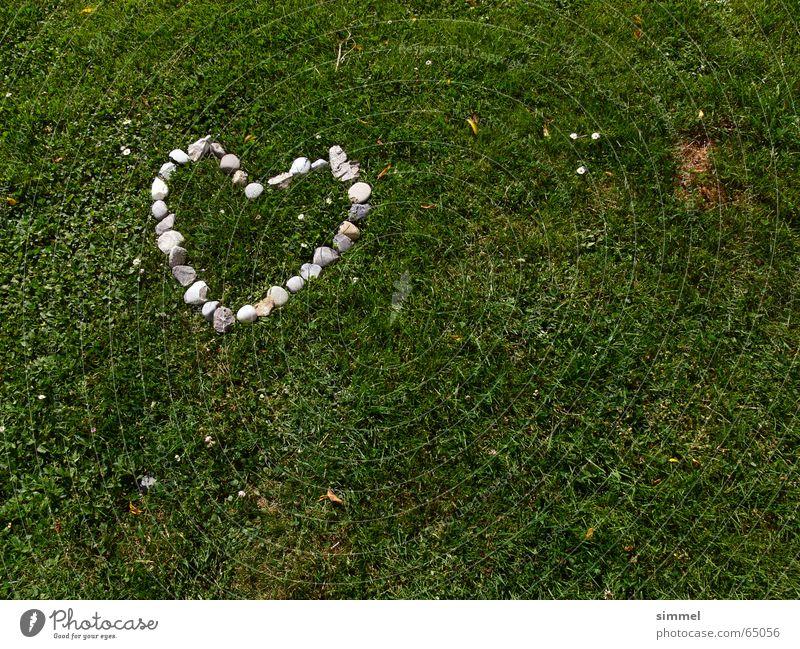 Herz aus Stein auf Grün alt grün Liebe Gras grau Zuneigung Kontinuität herzförmig