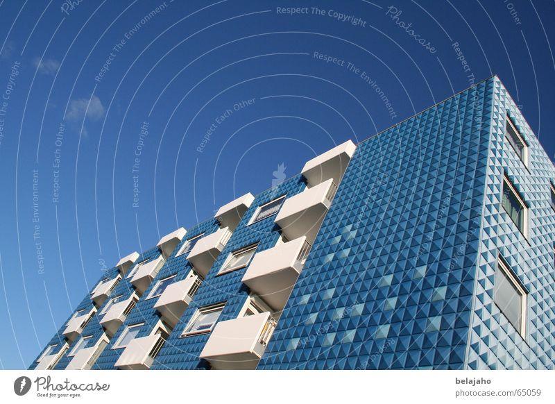 blaues haus Haus Gebäude Hotel Unterkunft Wohnung Fassade himmelblau Balkon Wand Sommer Norderney Ostfriesland Europa Maske Himmel Perspektive Insel Nordsee