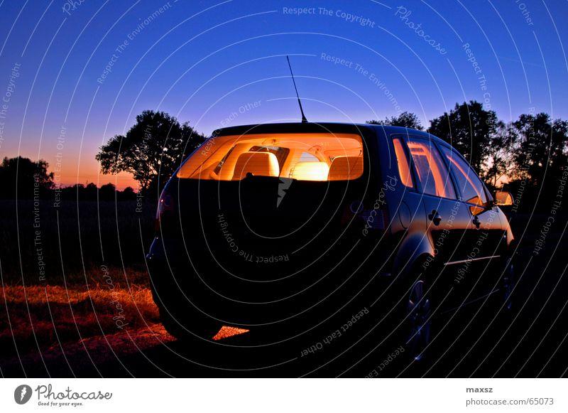 Einsame Nachtfahrt KFZ hell Baum blau Antenne Felge Aluminium Sonnenuntergang Niedersachsen Deutschland Nachtaufnahme night PKW car 9n Sitzgelegenheit silhoutte