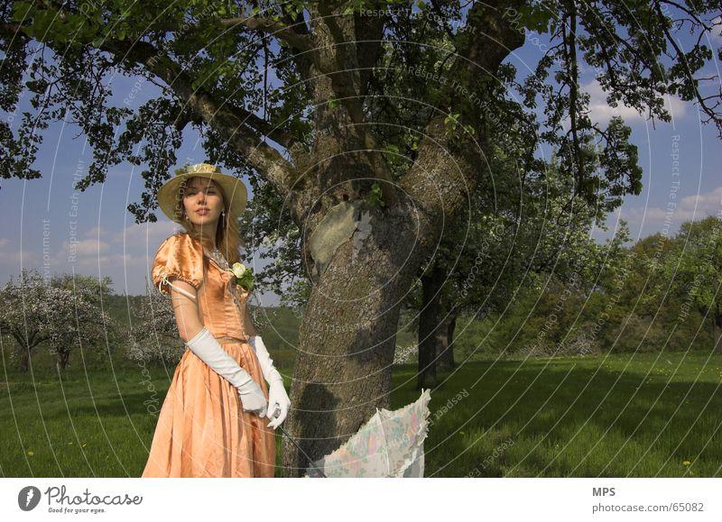 Zurück in die Vergangenheit Frau Mensch Natur Baum Sommer Wiese Denken Landschaft Romantik Kleid Regenschirm Hut altmodisch Bekleidung