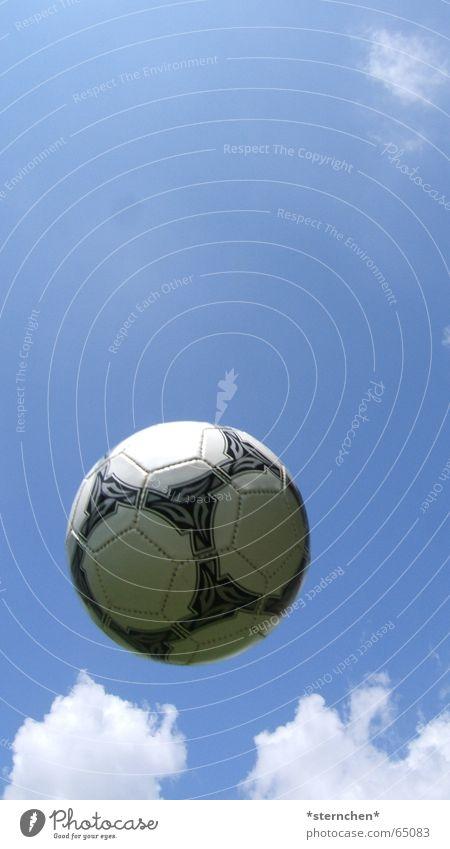 Hoch in der Luft Himmel weiß blau Wolken schwarz hell Fußball fliegen Ball rund werfen