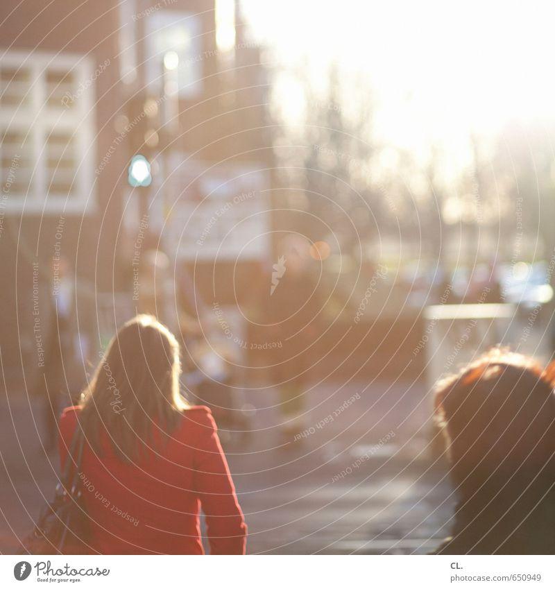 es ist grün Feierabend Mensch feminin Frau Erwachsene Menschengruppe Stadt Verkehr Verkehrswege Straßenverkehr Fußgänger Wege & Pfade Ampel gehen warten