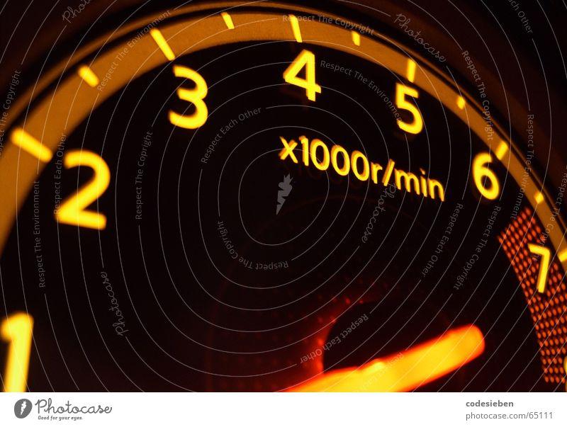 Gas Elektrisches Gerät Vollgas Geschwindigkeit Tachometer gelb Langzeitbelichtung PKW Elektronik Drehzahlmesser hochtourig flutsch sssccchhwwuuuuusch