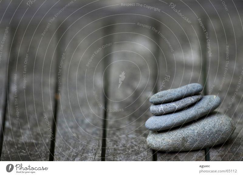 Turm aus Steinen grau Tisch Kieselsteine auftürmen