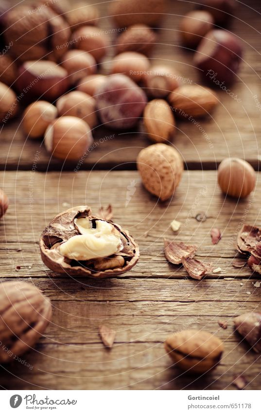 Walnuss Weihnachten & Advent Gesundheit braun Foodfotografie Ernährung Bioprodukte Vegetarische Ernährung Nuss Holztisch Walnuss Haselnuss Fingerfood Slowfood Nussschale Mandel