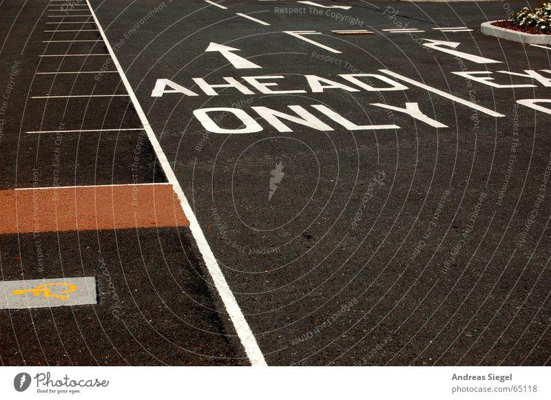 AHEAD ONLY geradeaus Linie Parkplatz schwarz vorwärts England Asphalt Verkehrswege Buchstaben Schriftzeichen ahead only blackpool Schilder & Markierungen Pfeil