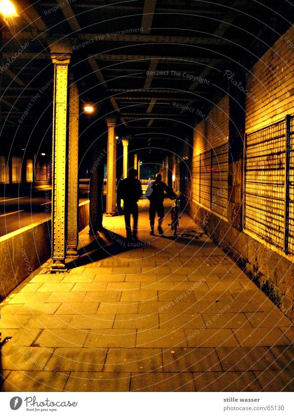 HEIMWEG Gitter Mensch Eisen Nacht Bürgersteig Eisenbahnbrücke Brücke Straße Wege & Pfade Schatten