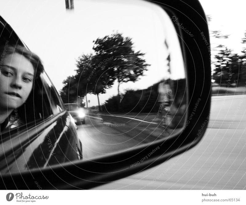 ein selbstbildnis Baum Straße grau Wege & Pfade PKW Feld Schilder & Markierungen Geschwindigkeit fahren Spiegel Bürgersteig Ampel Mischung Scheinwerfer Rückspiegel
