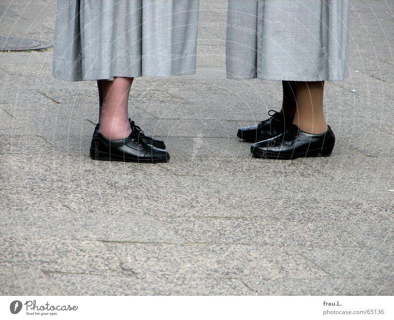Ein Schwätzchen Frau sprechen Senior Religion & Glaube Fuß Schuhe Kommunizieren Dorf Sitzung Rock Weiblicher Senior Verabredung Tracht